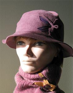 Ce chapeau est tout désigné pour agrémenter votre tenue d'un soupçon de charme et d'élégance. (Chapeau de feutre fourrure avec ornementation de suède) www.facebook.com/lachapelieretetue