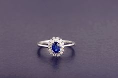 18K Solid White Gold Real Diamond 100% Nautral Blue Sapphire Wedding Ring  http://firstlady.en.alibaba.com/product/60205703153-801050955/100_Natural_18K_Solid_White_Gold_Diamond_Classic_Blue_Sapphire_Wedding_Ring.html