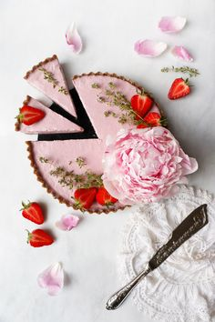 Raw Vegan Strawberry Tart (grain-free) Delicious vegan strawberry tart with hazelnut sunflower seed thyme crust and creamy coconut strawberry filling. #vegan #grainfree #strawberry #tart #healthy #summer #recipes #raw #healthy #dessert