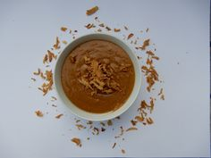 Recept pindasaus zonder pakjes en zakjes. Makkelijk en snel zelf pindasaus maken van pindakaas, gemberpoeder, ketjap en water.