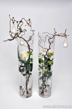 unusual easter roses and eggs decoration ~ Leuke vazen met Pasen… Deco Floral, Arte Floral, Ikebana, Alternative Wedding Decorations, Easter Crafts, Flower Designs, Flower Ideas, Floral Arrangements, Beautiful Flowers