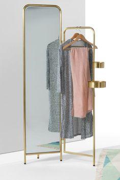 Alana Kleiderständer mit Spiegel in Messing. Der Spiegel lässt sich etwas nach vorne und hinten kippen, damit du alles an dir sehen kannst. Beautyprodukte oder Schmuck kannst du in den runden Ablagen verstauen.