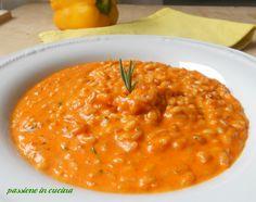 Il risotto alla crema di peperoni, ha un gusto particolare perché ha due tipi di preparazione dei peperoni, arrostiti e in padella