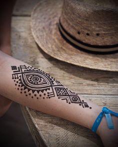 Pop-up at @casalastortugas was so much fun even the men were getting henna! #henna #menna #mehndi #islaholbox #popuplife #beachlife #naturalhenna #evileye #wanderlust #summer #trysomethingnew #artistlife #traveldiaries #traveldeeper #mexico #exploremexico #hennaloungemexico #hennalounge