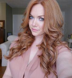 Оттенок клубничный блонд на длинных волосах