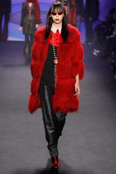 American fashion designer Anna Sui presented her fall/winter 2014 collection at New York fashion week fall She found inspiration for this collection in French Fashion, Look Fashion, High Fashion, Winter Fashion, Fashion Show, Fashion Outfits, Fashion Design, Fashion Trends, Fashion 2014