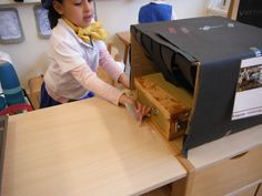 stap 5 koffer door de scanner. zijkant scanner zit een krijttekening van een koffer met inhoud als röntgenfoto.