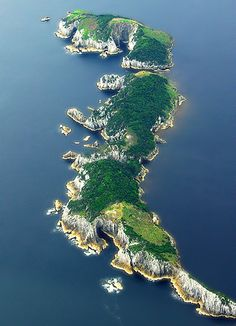 Breaksea Islands, r important bird breeding islands for birds such as Little Penguins n Shearwaters (who fly to de arctic regions each northern summer) in South West NP, Tasmania_ Australia
