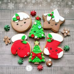 New holiday cookies decorated ideas Snowflake Christmas Cookies, Christmas Sugar Cookies, Christmas Sweets, Noel Christmas, Holiday Cookies, Christmas Baking, Decorated Christmas Cookies, Christmas Biscuits, Cookie Icing