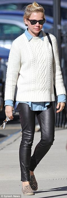 Michelle Williams and Matilda Ledger both feline themed attire : Michelle Williams wearing a pair leopard print flats with leather trousers in Brooklyn, September Short Cuir, Jupe Short, Michelle Williams Style, Outfits Leggins, Gamine Style, Tomboy Style, Vogue, Leather Trousers, Lookbook