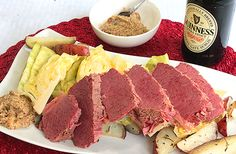 Homemade Corned Beef and Cabbage with Roasted New Potatoes, perfect for saint Patrick's day! Food Pics, Food Pictures, Brunch Ideas, Dinner Ideas, Fish Recipes, Great Recipes, Homemade Corned Beef, Corn Beef And Cabbage, Recipes