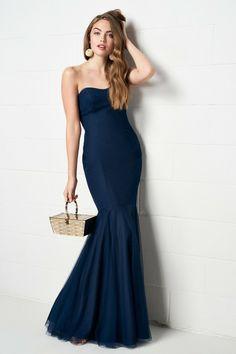 2d1df677179d Donna vestita con un abito lungo ed elegante