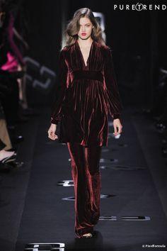 Desfile Diane Von Furstenberg Inverno 2013-2014; calça flare em veludo molhado bordô