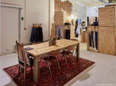 Светлый стол из натурального дерева в дизайне шоурума