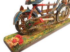 BICICLETA EN MINIATURA Bicicleta hecha con pasta de modelar, madera, cartón y un toque de arena de playa. Medidas aproximadas: 18 cm de alto, 30 cm ancho.