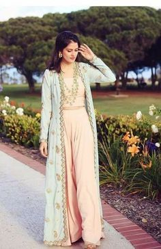 How to wear denim dress jackets 27 ideas Indian Gowns Dresses, Pakistani Dresses, Diwali Dresses, Diwali Outfits, Mehendi Outfits, Indian Designer Outfits, Designer Dresses, Indian Fashion Trends, Long Jacket Dresses