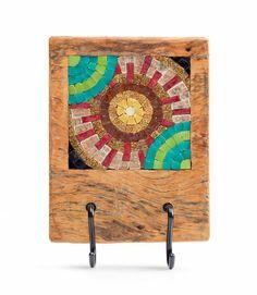 Cabideiro em madeira de demolição, peroba, e 2 ganchos de aço galvanizado com mosaico de pastilhas de vidro. Pode ser usado para pendurar bolsas, roupas, chaves, entre outros. Trabalho da mosaicista Adri Smythe.