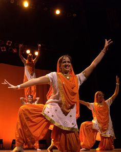 Young Punjabi women show they can do both Bhangra & Giddha! Folk Dance, Dance Art, Punjab Festivals, Punjab Culture, College Costumes, Indian Outfits, Indian Clothes, Girl Costumes, Dressing Rooms