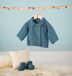 Layette bébé : patron gratuit pour tricoter une veste et des chaussonsPatron gratuit pour tricoter une veste caban pour bébé ** Tailles : Naissance – 3 (6-9 mois / 12 -18 mois / 24 mois) MATERIEL NECESSAIRE : - Fils à tricoter Plassard, qualité Basic col. bleu gris 599 : 3 (4 /5 / 6) pelotes – Aig. n° 4.5 – Aig. à torsade – Arrête mailles - Aiguille à laine – 4 boutons. POINTS EMPLOYES Point mousse : tt en m. end. Côtes 1/1 : * 1 m. end., 1 m. env.* Jersey : * 1 rg end, 1 rg env.*. Point fa