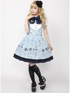 This is a very sweet looking mix of Gothic and Classic Lolita. I actually really like this look even though I'm more prone to mix Classic and Sweet Lolita instead of Gothic Lolita.
