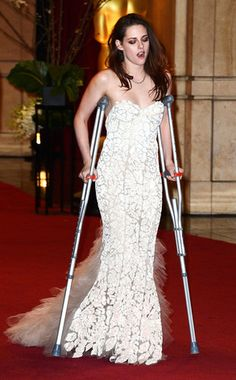 Kristen Stewart on crutches at the Oscars... god, she was a disaster