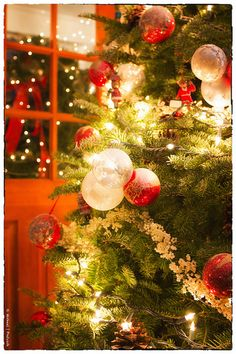 Christmastime ~ Beautiful trees full of garlands, twinkling lights, special ornaments.... ♥