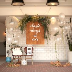 会場に入ってすぐのエントランスには、おふたりの結婚式のコンセプトでもある「smile always as ever」と描かれたボードや、クリア×ホワイトのバルーンを飾っていただいたそうです。クリアのバルーンの中には、葉っぱが入っているのだとか。 Wedding Images, Diy Wedding, Wedding Reception, Japanese Wedding, Wedding Decorations, Table Decorations, Space Wedding, Wedding Balloons, Bridal Show