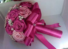 """Buquê de rosas em cetim e broches prateados e pérolas.  Os buquês são personalizados e montados de acordo com o gosto da noiva.  Eles são únicos sendo que nunca existirá um buque idêntico ao outro.  Composto de broches em tons de prata cravejados em strass, flores de cetim e pérolas.  Medidas: Aproximadamente 55cm de circunferência, 25cm de diâmetro 27cm de comprimento   A escolha do buquê de noiva é tão importante quanto a escolha do vestido.  O """"Bouquet de Broches"""" é uma verdadeira semi jóia"""