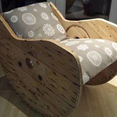Touret bois cutomiser en chaise a bascule rembourer! bonne finition!