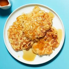 Rachael Ray's Macaroni n Cheese Pancakes (use low carb/gluten free flour, sugar sub, pasta, syrup) Macaroni Cheese, Macaroni And Cheese, Mac Cheese, Cheese Pancakes, Waffles, Good Food, Yummy Food, Fun Food, Yummy Treats