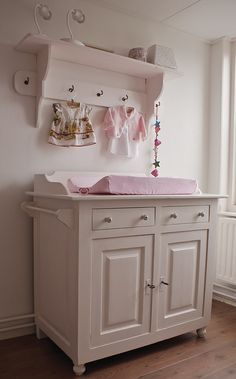 babykamer meisje #landelijk #brocant #ledikant #commode, Deco ideeën