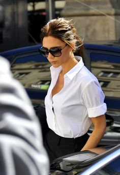 Victoria Beckham arrives in Paris with her son Romeo (b. September The mother-son duo go shopping at Balenciaga and other high end stores. Beckham also stopped by the Chanel Store for a photo shoot. Classic White Shirt, Crisp White Shirt, White Shirts, White Blazers, Victoria Beckham Stil, Dramatic Classic, Mein Style, Paris Shopping, Look Plus