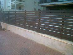 Valla semi ocultación con lamas de madera horizontales. www.vinuesavallasycercados.com