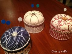 Seam and calla . My first pincushions: Tutorial! Sewing Hacks, Sewing Crafts, Quilting Projects, Sewing Projects, Pincushion Tutorial, Pattern Weights, Creation Couture, Sewing Accessories, Sewing Notions