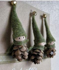 Adornos navideños reciclando piñas   Hoy en solountip  te presentamos unos lindos duendes navideños con piñas ,recicla materiales y comienz...