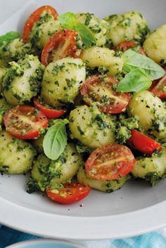 Looking for an easy dinner to make after the kids are in bed? Try this speedy summer gnocchi with homemade avocado pesto and tomatoes. It's full of flavour but on the table in less than 15 minutes. Gnocchi with avocado pesto - Quick dinner for two Sauce Gnocchi, Gnocchi Dishes, Healthy Dinners For Two, Quick Easy Meals, Healthy Dinner Recipes, Easy Meals For One, Vegetarian Recipes, Fusilli, Desert Recipes