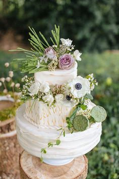 Rustic chic wedding cake with flowers and greens - perfect for a forest wedding #wedding #weddingcake #cake #woodland #forestwedding