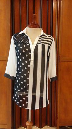 Blusa estampada en bolas y rayas combinada con blanco en chiffon,