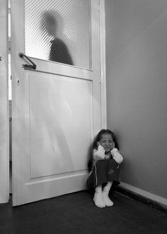 Los niños nunca deberían vivir en un hogar con violencia (sea física o psicológica). Si te cuesta dejar a tu pareja porque no logras ver que luego de la etapa de luna de miel en la que tu pareja se comporta, vendrá más abuso. Pide ayuda. Rompe el círculo de idealización y devaluación.Hazlo por tus hijos http://sobreviviendoasociopatasynarcisistas.blogspot.com.ar/