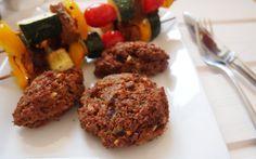 Ja, auch Cevapcici und Frikadellen lassen sich auf rein pflanzlicher Basis selbst machen. Sie lassen sich auch toll auf den Grill schmeissen oder alternativ im Backrohr zubereiten.