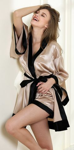 Dragon Kite kimono short robe set 19 Momme 100% sik satin!Made from the finest A grade mulberry silk material is finest Charmeuse, that offers exceptional levels of  and amiable sleeping experience.  items is breathable and soft and breathable making them the ultimate in sleepwear for discerning women.