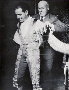 Ignacio Zuloaga que ayuda a ponerse la chaquetilla a Juan Belmonte antes de una corrida celebrada en Nimes (Francia) en junio de 1934