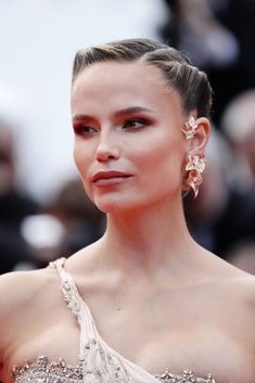30-Second Twist - Fun Hairstyle Ideas For When You're Growing Out Your Bangs - Livingly Side Hairstyles, Celebrity Hairstyles, First Haircut, Natasha Poly, Twist Bun, Cannes Film Festival, Look Chic, Hair Trends, New Hair