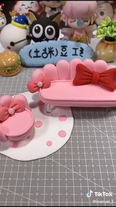 Cake Decorating Frosting, Cake Decorating Videos, Cake Decorating Techniques, Polymer Clay Crafts, Diy Clay, Polymer Clay Disney, Polymer Clay Dolls, Fondant Flower Tutorial, Cake Topper Tutorial