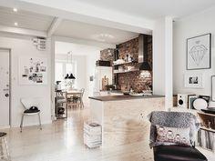 Tunnelmallinen sisustus ja todella taidokas viimeistelty stailauksessa saavat tämän 72 neliön kokoisen kolmion hehkumaan ainutlaatuista tunnelmaa ja kodikkuutta. Asunto löytyy Entrancen sivuilta.  Olohuoneen ja keittiön erottavat toisistaan saareke, jonka olohuoneen puoleista seinääkoristava puupinta sopii täydellisesti yhteen asunnon vaaleaksi käsitellyn alkuperäisenpuulattian kanssa. Keittiön seinää hallitsee raflaavatiiliseinäpinta, joka tuo omaleimaista tunnelmaa keittiöön ja saa…
