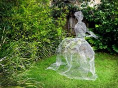 How to Make Chicken Wire Ghosts Make a life sized ghost using chicken wire. The wire gives the ghost Chicken Wire Art, Chicken Wire Crafts, Chicken Wire Ghosts, Chicken Wire Sculpture Diy, Halloween Fairy, Outdoor Halloween, Creepy Halloween, Halloween Projects, Diy Halloween Decorations