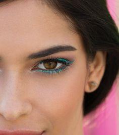 Tyrkysové líčení očí s tekutými očními linkami Mary Kay At Play v odstínu The Real Teal. Jak se vám líbí?