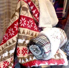 """Quoi de plus douillet qu'une chaleureuse maison de montagne pour résister aux frimas de l'hiver!  Voici le tout nouveau plaid en polaire réversible de la collection FIL BLANC baptisé """"Les Cerfs"""" avec une face fausse pelisse d'agneau et l'autre imprimée"""" montagne"""" rouge, crème et café, pour habiller votre fauteuil préféré, votre canapé ou vous envelopper de douceur pour des séances intenses de """"cocooning"""".  www.lacompagniefrancaise.com"""