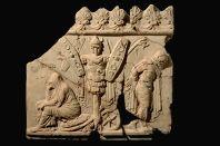 """Lastra """"Campana"""" con trofeo e prigionieri di epoca domizianea (Museo Nazionale Romano) da tomba di via Grottaperfetta"""