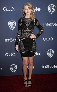 TAYLOR SWIFT  Para la fiesta de InStyle y Warner Bros, la cantante acertó con este minivestido tejido en color negro de la colección de prim...